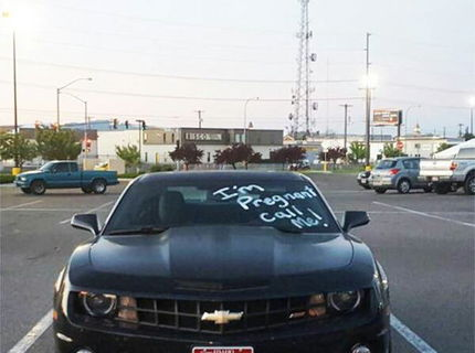 Šokujúci oznam na skle športového auta... toto asi chlapík nečakal :D