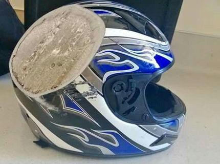 Dôkaz, že prilbu treba nosiť! Motorkár zavesil na internet jeho prilbu, tesne po havárii.